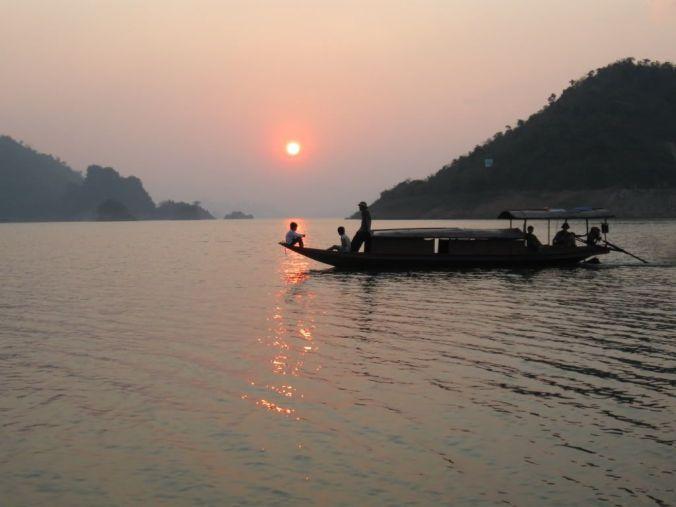 Phân tích hình tượng người lái đò sông Đà trong Người Lái Đò Sông Đà